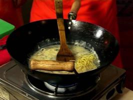 Тогава се слага предварително сварено фиде и се полива със соев сос . Добавя се гарам масала ( къри ), соеви кълнове и копър. Кипва се и поднася със чили на вкус.