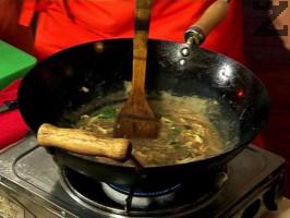 Разбива се яйце и слага в супата като се бърка за да се пресече.