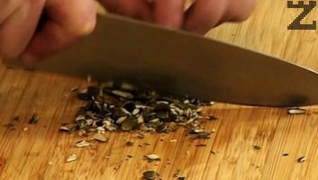 Тиквените семки се запичат в сух тиган или фурна за кратко. Нарязват се на дребно и слагат при млякото.